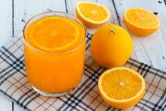 Soyez coupé pour enlever le jus d'orange pour boire et manger et être sain photos stock