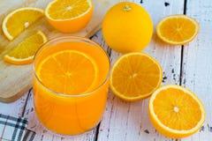 Soyez coupé pour enlever le jus d'orange pour boire et manger et être sain photographie stock libre de droits