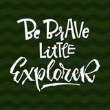 Soyez courageux peu de citation d'explorateur Expression de inscription tirée par la main de logo de vecteur de fête de naissance illustration de vecteur