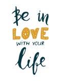 Soyez dans l'amour avec votre vie Citation de motivation Conception de lettrage moderne de main Image stock