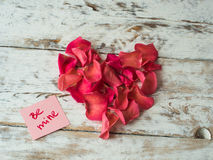 Soyez des mots de mine écrits sur le papier, carte d'amour Fond de jour du ` s de Valentine, carte postale d'amour Photos stock