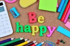 Soyez des mots heureux sur le liège photo stock