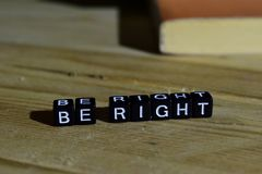 Soyez droit sur les blocs en bois Concept de motivation et d'inspiration photographie stock libre de droits