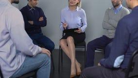 Soyez en conflit à la formation de qualifications sociales entre deux collègues masculins, session de thérapie banque de vidéos