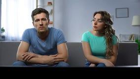 Soyez en conflit dans la famille, couple regardant la TV s'ignorant, en mal comprenant photo stock