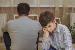 Soyez en conflit entre le père et le fils, relations de famille image libre de droits