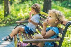 Soyez en conflit sur le terrain de jeu, le ressentiment, la querelle de garçon et de fille Images libres de droits
