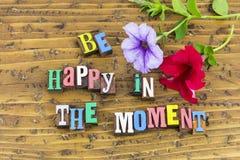 Soyez heureux en fleurs de moment image stock