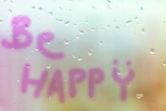 Soyez heureux sur la fenêtre avec le ton de pastel de fond de goutte de pluie Images libres de droits