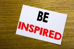 Soyez inspiré Concept d'affaires pour l'inspiration et motivation écrite sur la note collante, fond en bois en bois avec l'espace Images libres de droits