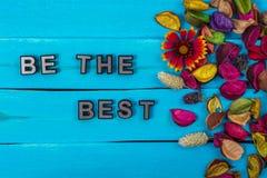 Soyez le meilleur texte sur le bois bleu avec la fleur images libres de droits