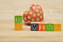 Soyez le mien écrit avec les blocs colorés d'alphabet Images stock