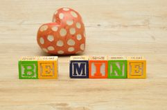 Soyez le mien écrit avec les blocs colorés d'alphabet Image stock