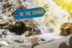 Soyez le panneau de signe de changement sur la roche images stock