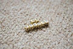 Soyez les lettres fortes sur le fond de tissu Images stock