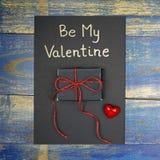Soyez ma carte de Valentine avec le boîte-cadeau et le coeur rouge Photographie stock libre de droits