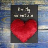 Soyez ma carte de Valentine avec le coeur rouge Images stock