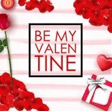 Soyez mon concept de Valentine avec le cadre carré, le pétale rouge, les bougies, la fleur rose, le coeur et le boîte-cadeau Photo stock