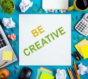 Soyez mot créatif Bureau de table de bureau avec des approvisionnements Photo stock