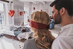 Soyez patient Vue arrière de jeune femme se tenant les yeux bandés avec elle photographie stock