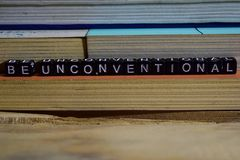 Soyez peu conventionnel sur les blocs en bois Concep de motivation et d'inspiration photos stock