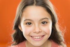 Soyez positif et continuez le sourire Petit enfant avec le visage de sourire gai Peu sourire heureux de fille avec le regard de b image stock