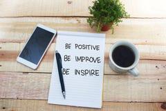 Soyez positif s'améliorent inspirent, concept de motivation de citations de mots photographie stock libre de droits