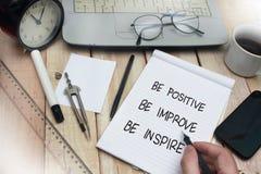 Soyez positif s'améliorent inspirent, concept de motivation de citations de mots photos stock