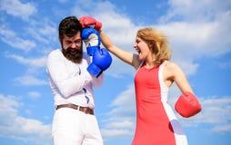 Soyez prêt défendent votre vue de point Défendez votre avis dans la confrontation Couples dans le combat d'amour Combat d'homme e photographie stock