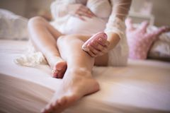 Soyez prêt pour l'été, montrez vos jambes parfaites images stock