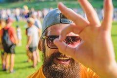 Soyez sûr dans vos vacances d'été Homme barbu devant le fond de rive de foule Festival d'été de billet de livre dedans photographie stock