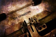 Soyez texte créatif sur la machine à écrire photos stock