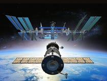 Soyuz accouplant l'ISS dans 0rbit photographie stock