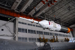 Soyuz-Raumfahrzeug innerhalb des Bajkonur-Integrations-Anlagen-Gebäudes Stockfotos