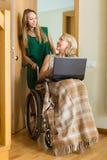Sozialarbeitskraft und ungültig mit Laptop stockfoto