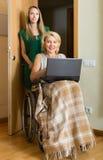 Sozialarbeitskraft und ungültig mit Laptop stockfotos