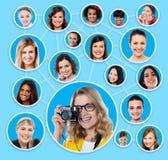 Soziales Netz eines weiblichen Fotografen lizenzfreie stockbilder