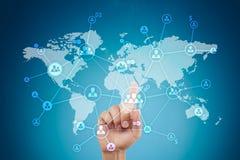 Soziales Netz und globale Einstellung, Outsourcing und Stunde Virtueller Schirm mit Weltkarte- und Völkerikonen stockfoto