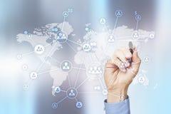 Soziales Netz und globale Einstellung, Outsourcing und Stunde Virtueller Schirm mit Weltkarte- und Völkerikonen stockbild