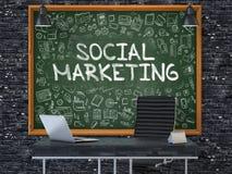 Sozialmarketing auf Tafel mit Gekritzel-Ikonen Stockfoto