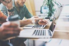 Sozialmarketing-Handelsmanager-Working Wood Table-Laptop-moderner Innenarchitektur-Dachboden Mitarbeiter-Prozessbüro-Studio Stockbilder