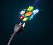 Sozialmedienikonen, die aus elektrische Leitung herauskommen Stockbild