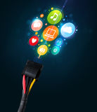Sozialmedienikonen, die aus elektrische Leitung herauskommen Lizenzfreies Stockfoto