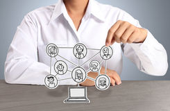 Sozialnetz des Papiers in der Hand Stockfoto