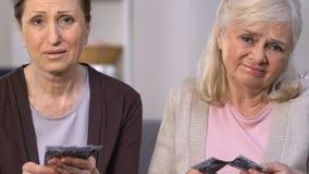 Sozialunsicherheit, umgekippte Senioren, die kleine Pension, Mangel an Gelegenheiten zählen stock footage