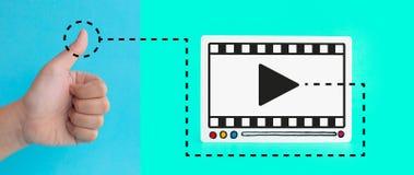 Sozialunterhaltung und vermarktende on-line-Konzepte mit dem Kundendaumen oben und fram des Videofilms auf buntem Hintergrund Dig vektor abbildung