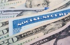 Sozialversicherungskarte- und AmerikanerDollarscheine stockfotografie