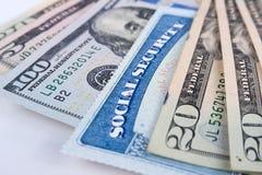 Sozialversicherungskarte- und AmerikanerDollarscheine stockbilder