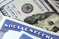 Sozialversicherungskarte und US-Währung hundert Dollarschein lizenzfreies stockbild