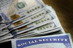 Sozialversicherungskarten mit Bargeld-Einsparungens-Ruhestand lizenzfreie stockfotos